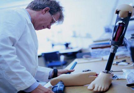Carreras de ingeniería, ingeniero biomedico trabajando en una prótesis