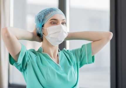 Enfermera colocándose su cubre bocas