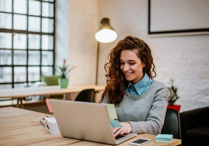 Joven mujer tomando clases en línea