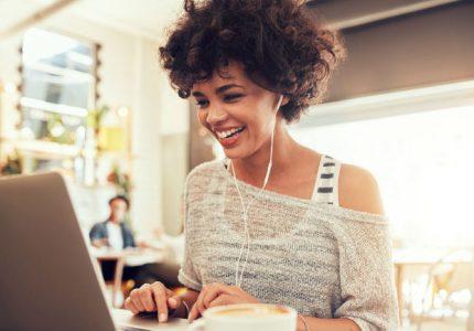 Estudiante universitario en línea exitoso